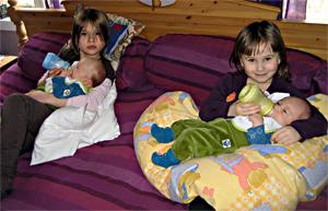 Två systrar med varsin lillebror